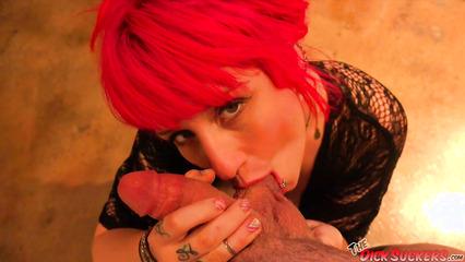 Рыжая большегрудая красотка отсосала пенис пацана